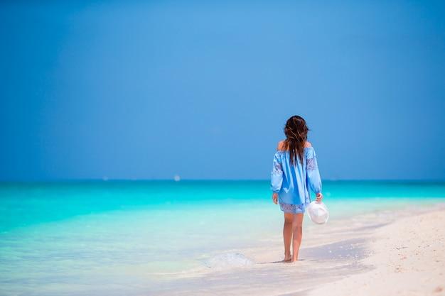 Jonge mooie vrouw op strandvakantie Premium Foto