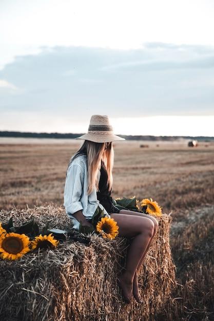 Jonge mooie vrouw op veld in de zomer Premium Foto