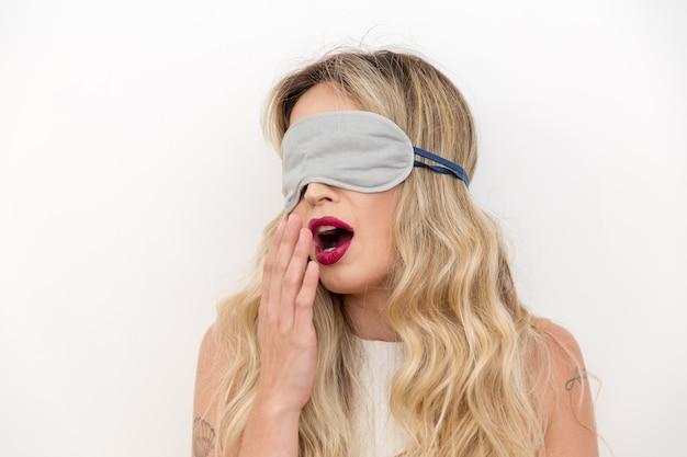 Jonge mooie vrouwenslaap met oogmasker. Premium Foto