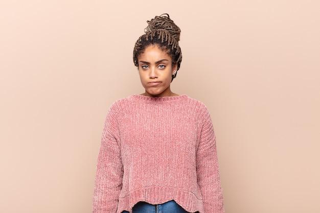 Jonge mooie zwarte vrouw Premium Foto