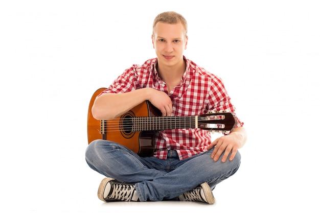 Jonge muzikant met een gitaar Gratis Foto