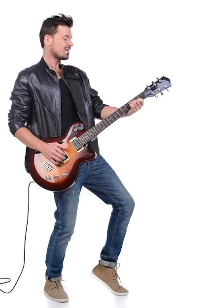 Jonge muzikant speelt op de gitaar. Premium Foto