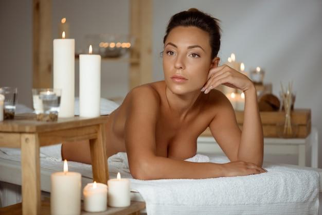 Jonge naakte vrouw ontspannen in de spa salon. Gratis Foto