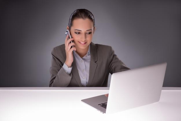 Jonge onderneemster die met laptop in bedrijfsconcept werken Premium Foto