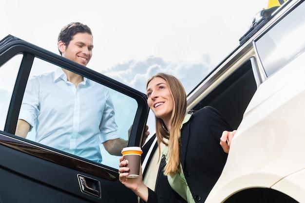 Jonge onderneemster die van taxi weggaat Premium Foto