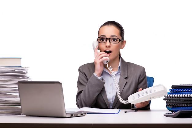 Jonge onderneemster in bureau dat op wit wordt geïsoleerd Premium Foto