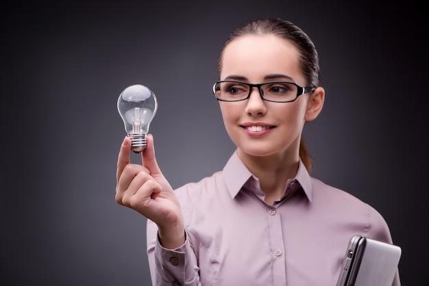 Jonge onderneemster in ideeconcept met gloeilamp Premium Foto