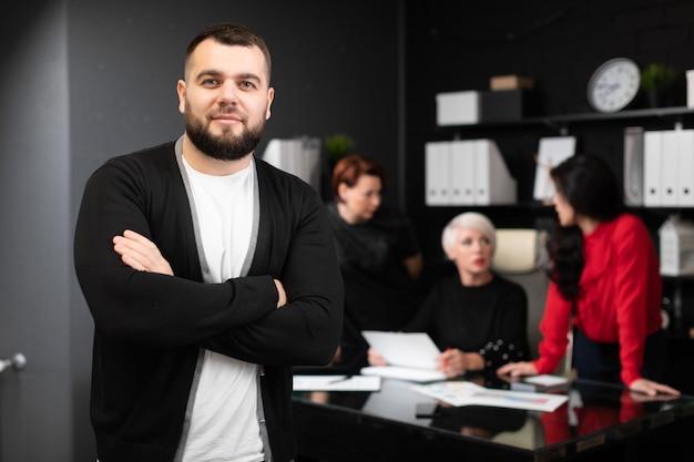 Jonge ondernemer op kantoormedewerkers bespreking van project Premium Foto