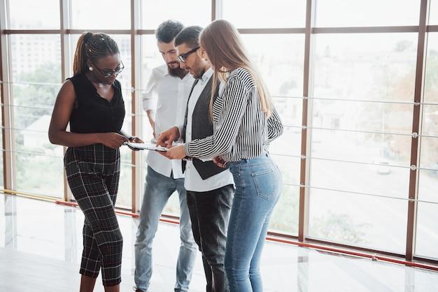 Jonge ondernemers bespreken samen nieuwe creatieve ideeën tijdens een bijeenkomst op kantoor Gratis Foto