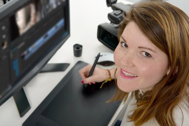 Jonge ontwerper die grafische tablet gebruikt Premium Foto