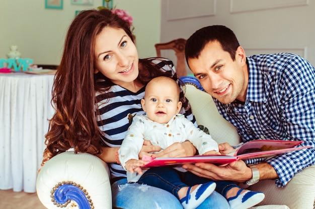 Jonge ouders met peuter jongen poseren Gratis Foto