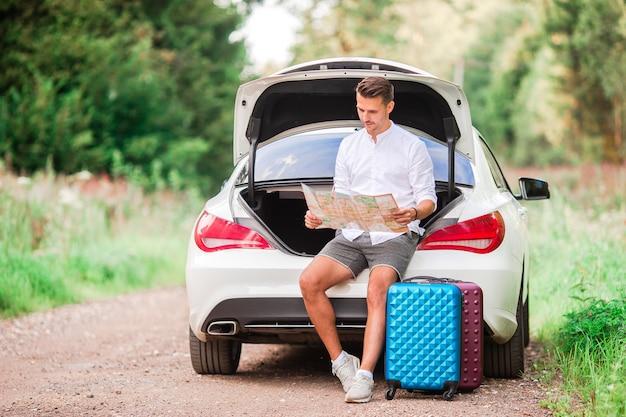 Jonge paartoerist die op de zomervakantie geniet van Premium Foto