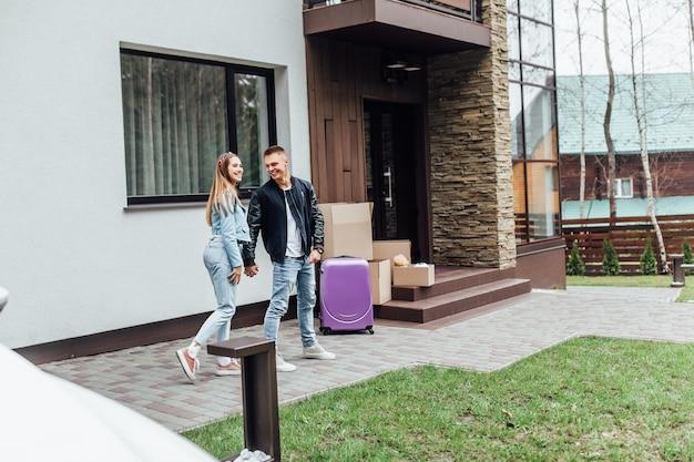 Jonge persoon twee die nieuw modern huis koopt en naar deze plaats verhuist. Premium Foto