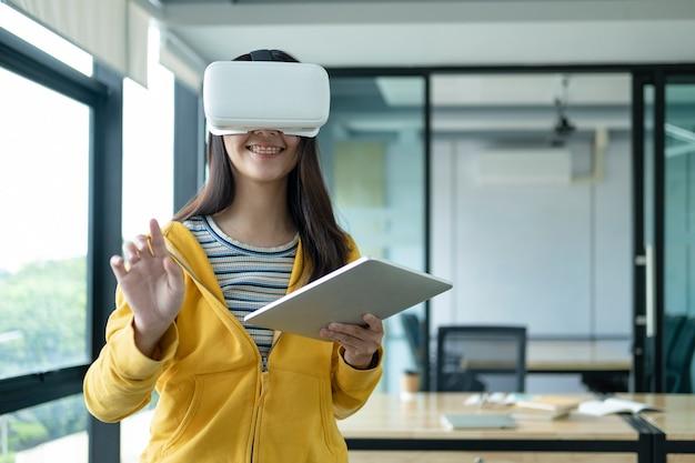 Jonge programmeur met virtual reality-bril om 3d-applicatie te testen. Premium Foto
