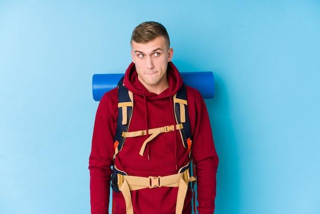 Jonge reiziger blanke man in de war, voelt zich twijfelachtig en onzeker. Premium Foto