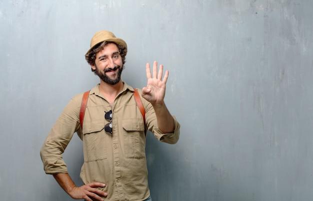 Jonge reiziger man of toerist glimlachen, tellen nummer vier met vingers. Premium Foto