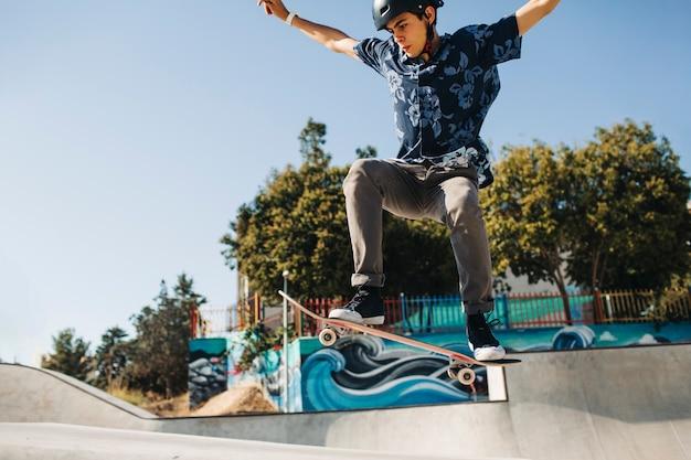 Jonge schaatser doet een truc Gratis Foto
