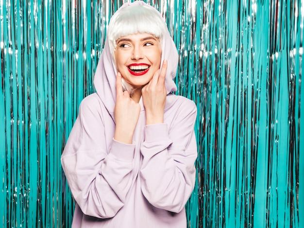 Jonge sexy lachende hipster meisje in witte pruik en rode lippen. mooie trendy vrouw in zomer kleding. gek worden Gratis Foto