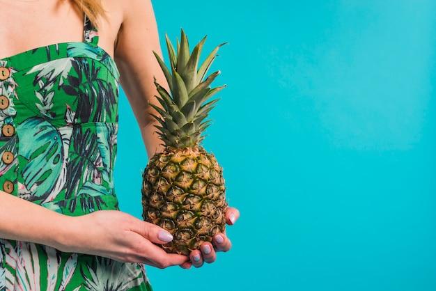 Jonge slanke vrouw in de gebloemde ananas van de kledingsholding Gratis Foto