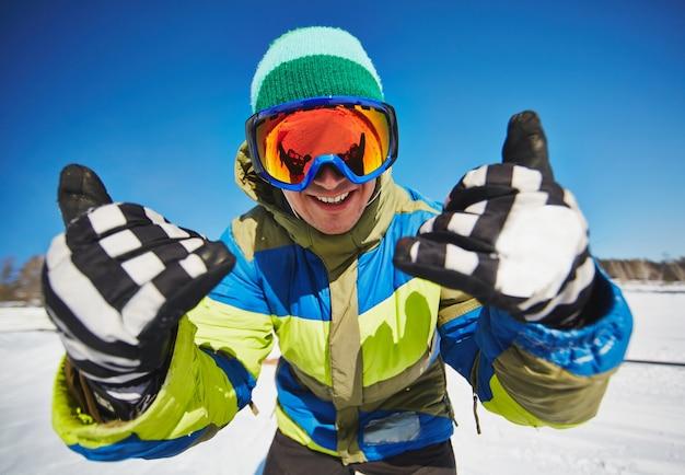 Jonge snowboarder die pret in de sneeuw Gratis Foto
