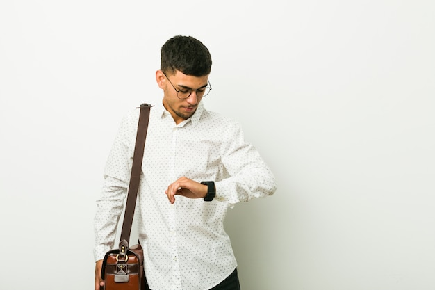 Jonge spaanse zakenman die een aanplakbiljet houdt Premium Foto