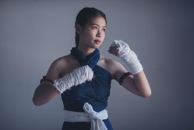 Jonge sportenvrouw van bokser met witte in dozen doende verbanden. Premium Foto