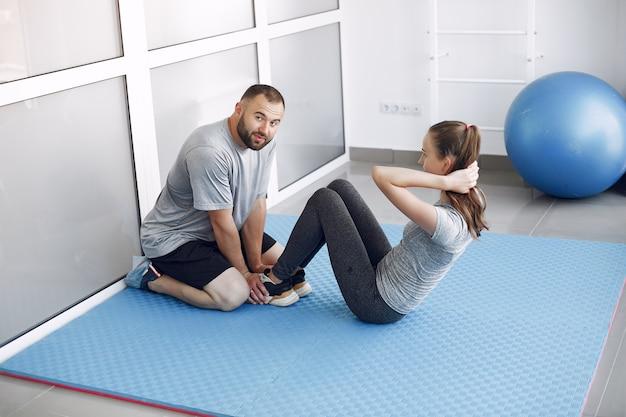 Jonge sporters trainen in een ochtendgymnastiek Gratis Foto