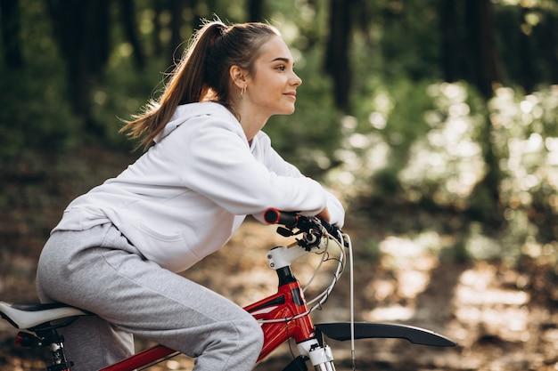 Jonge sportieve vrouwen berijdende fiets in het park Gratis Foto