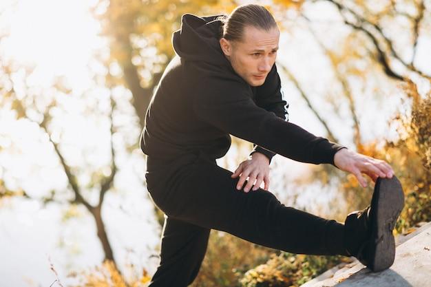 Jonge sportman die in park uitoefent Gratis Foto