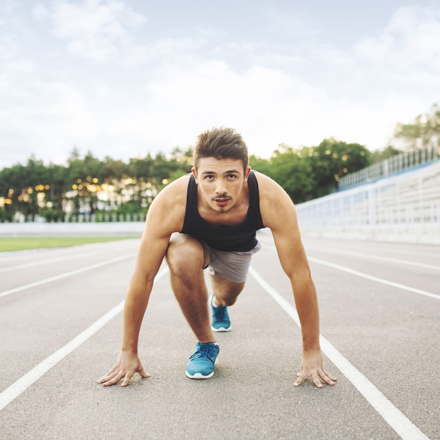 Jonge sportman is klaar om 's ochtends buiten te rennen. Gratis Foto