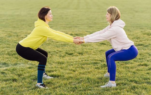 Jonge sportvrouwen die in openlucht fitnessoefening doen Gratis Foto