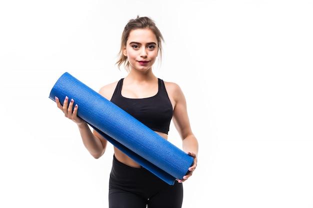 Jonge sterke sportvrouw het beoefenen van yoga op een mat. Gratis Foto