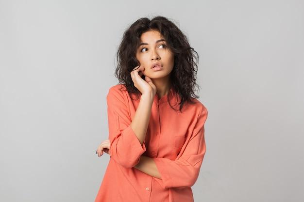 Jonge stijlvolle aantrekkelijke vrouw geïsoleerd op wit Gratis Foto