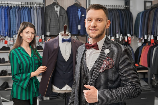 Jonge, stijlvolle man in elegante pak poseren in winkel. Gratis Foto