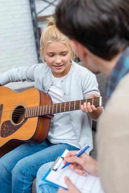 Jonge student die muzikale akkoorden leert spelen Gratis Foto