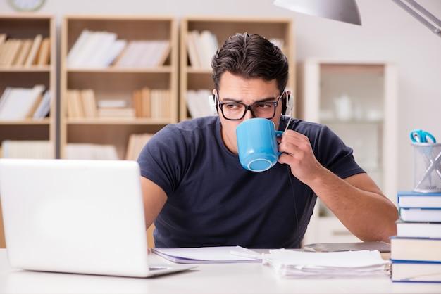 Jonge student koffie drinken uit de beker Premium Foto