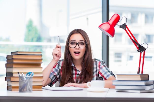 Jonge studente die voor universiteitsexamens voorbereidingen treft Premium Foto