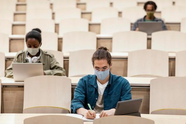 Jonge studenten die een klas bijwonen Gratis Foto