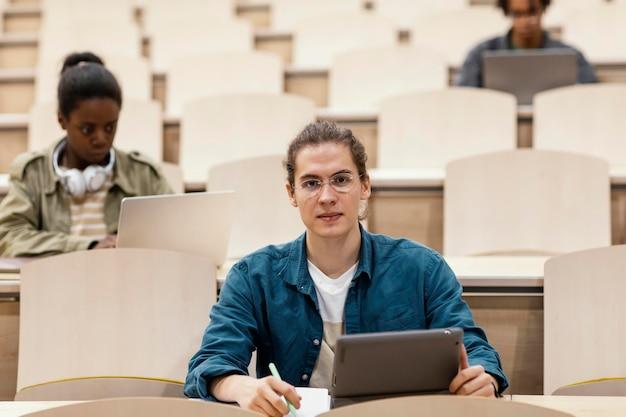 Jonge studenten die een universitaire klas bijwonen Gratis Foto