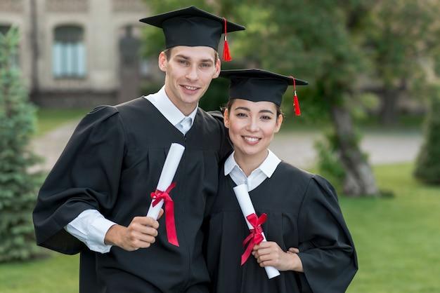 Jonge studenten die hun graduatie vieren Gratis Foto