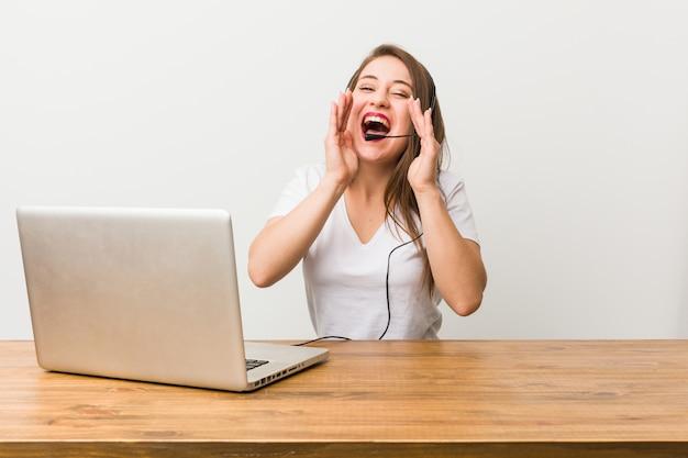 Jonge telemarketer vrouw opgewonden schreeuwen. Premium Foto