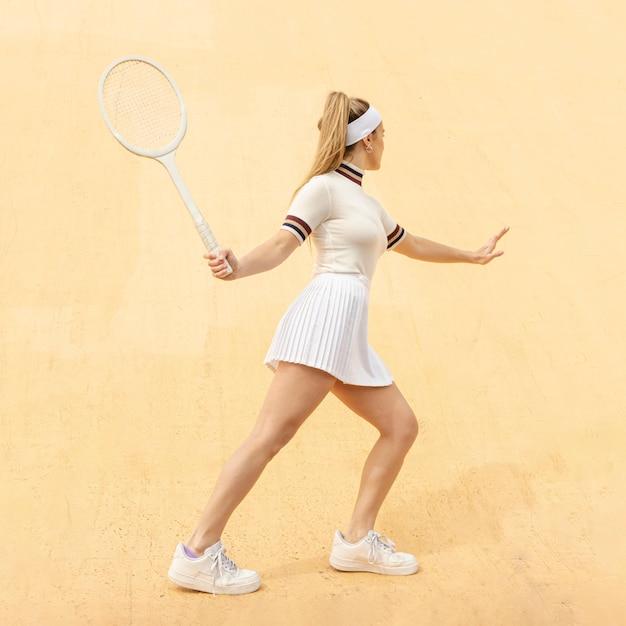 Jonge tennisspeler raakt op positie Gratis Foto