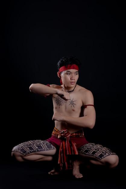 Jonge thailand man doet een traditionele dans Gratis Foto