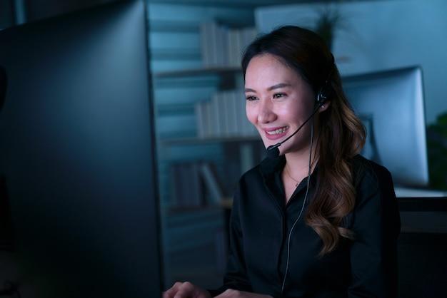 Jonge thaise aziatische klantenservice zorgexploitanten werken nachtploeg in callcenter Premium Foto