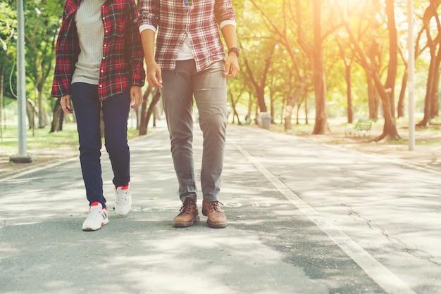 Jonge tieners paar samen wandelen in het park, ontspannend holida Gratis Foto
