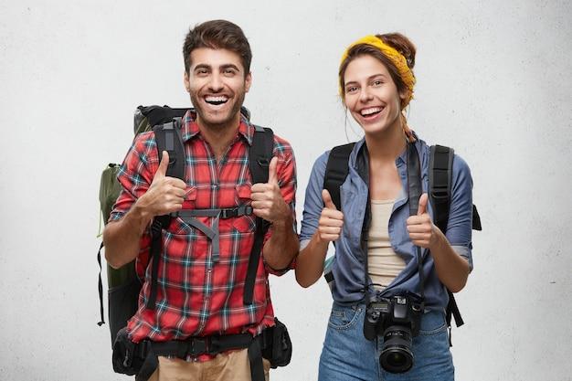 Jonge toeristen koppelen met apparatuur Gratis Foto