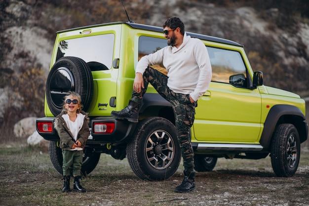 Jonge trendy vader met zijn dochtertje plezier door de auto Gratis Foto
