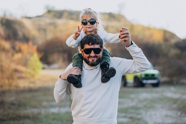 Jonge trendy vader met zijn dochtertje zittend op de schouders Gratis Foto