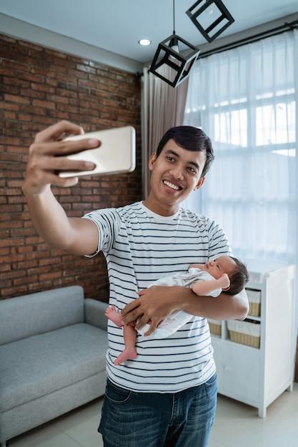Jonge vader met dochter selfie te nemen Premium Foto