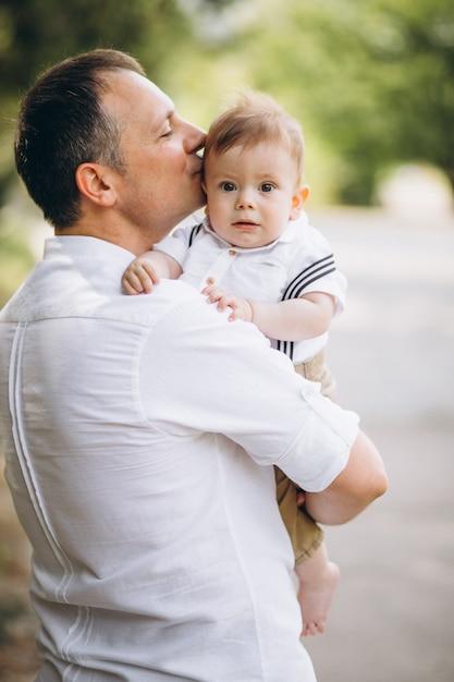 Jonge vader met zoontje in park Gratis Foto